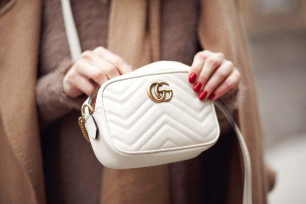 Gucci, Crossbody-Tasche GG Marmont mini aus matelassé-Leder