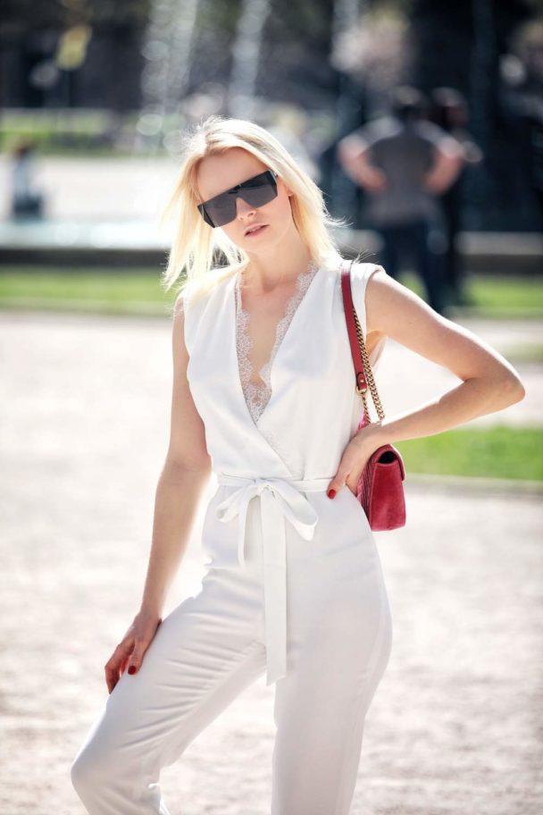 weißer overall mit weißen sandalen