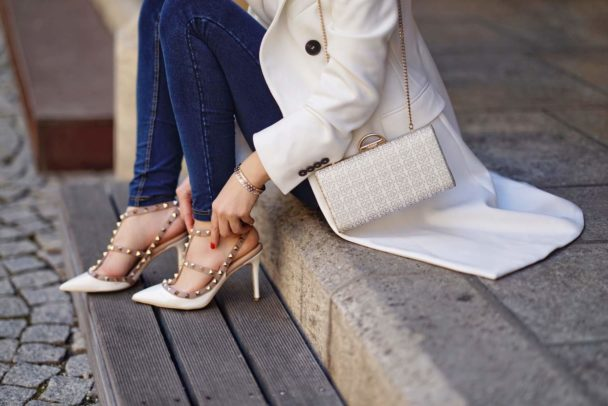 hohe pumps im valentino style und jeans